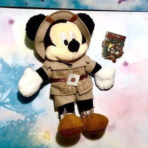 Indiana Jones Disney pin 2004 with keychain plush